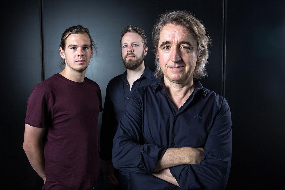 Pianist Christoph Stiefel im Vordergrund, weiter hinten Lukas Traxel und Tobias Backhaus.