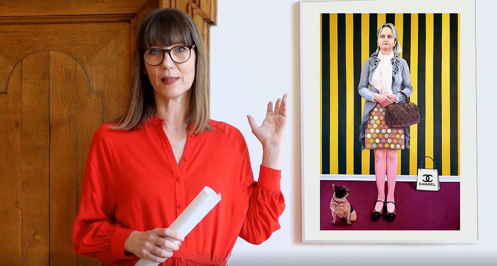 Claudia Rasztar zeigt auf ein Porträt von Kathrin Bick-Müller.