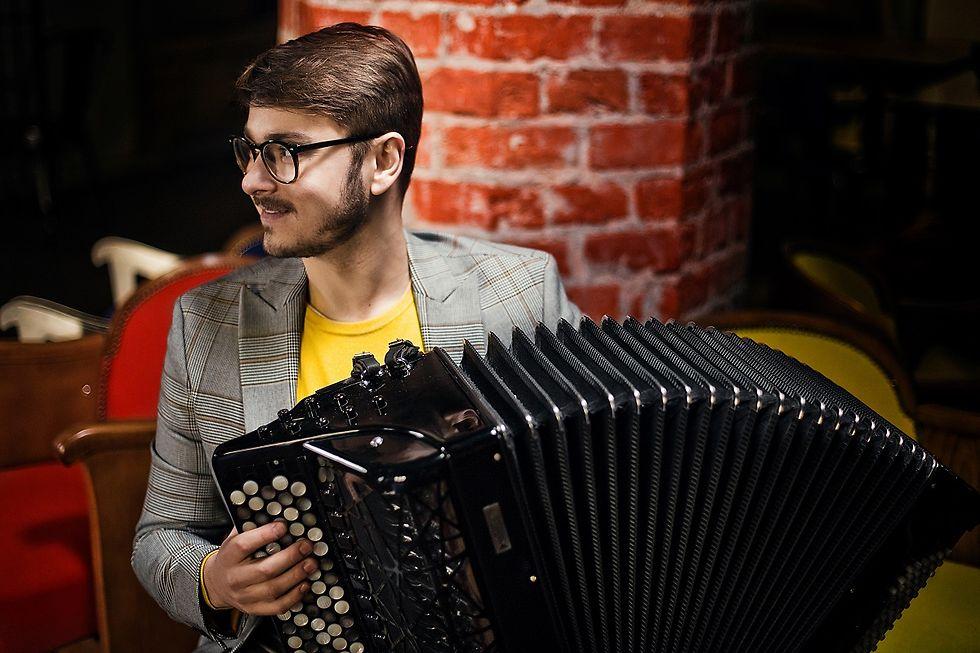Porträt des Musikers Maciej Frąckiewicz mit Akkordeon
