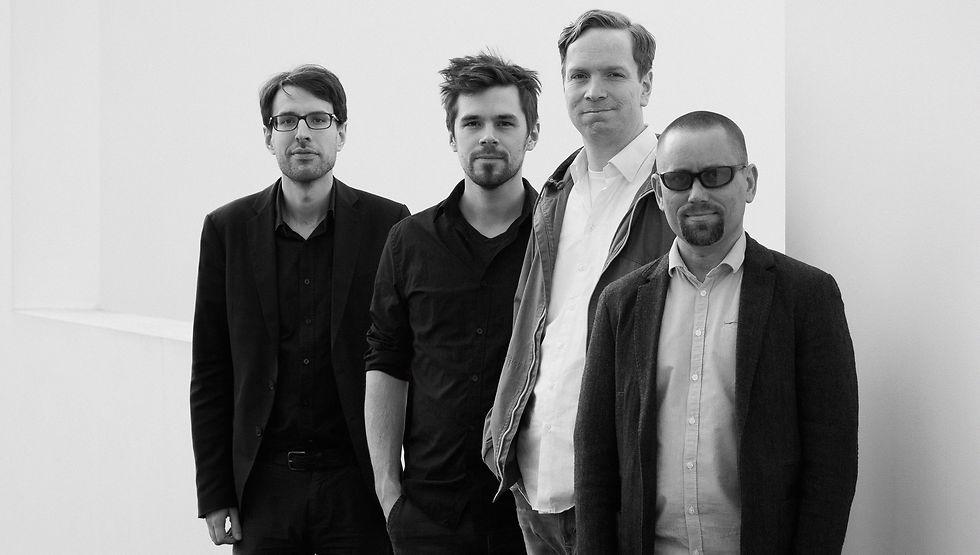 Eine schwarz-weiß Aufnahme der Band.