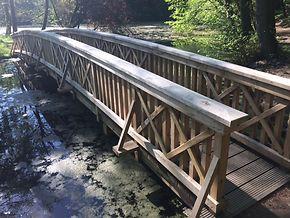 Die große Brücke im Schlosspark.