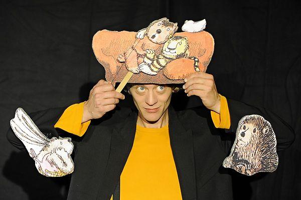 Darsteller Thomas Nestler mit dem kleinen Tiger und dem kleinen Bär.