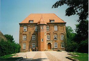 """Noch etwas kahl: Das Schloss 1991, ohne Bewuchs und ohne """"Walking Man"""" von Jan Koblasa"""