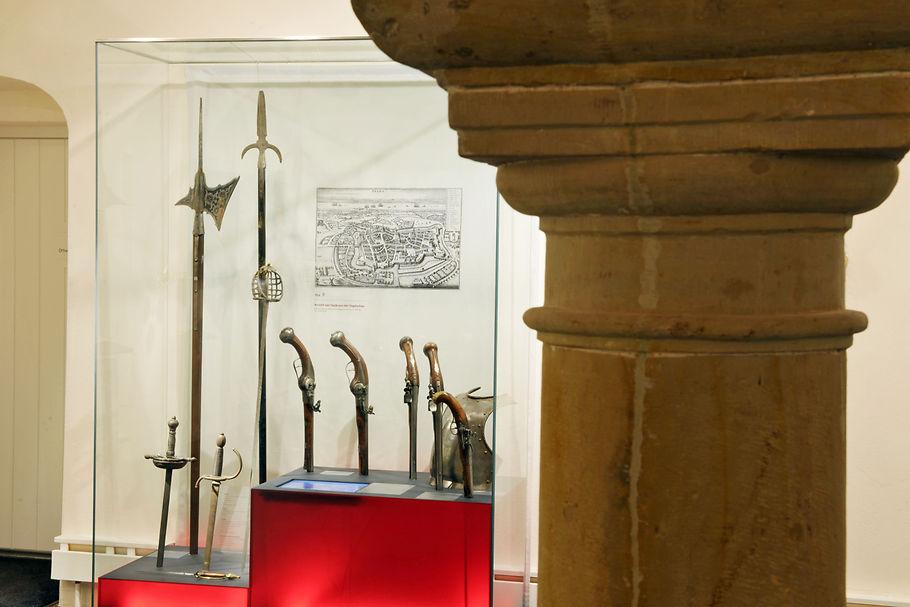 Im Schlossgewölbe erinnern Waffen an das Kriegshandwerk des Dreißigjährigen Krieges - der Untergang für die einen, für andere, wie Schlosserbauer Hans Christoph von Königsmarck, die Zeit eines kometenhaften Aufstiegs.