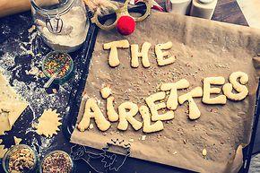 """Keksbuchstaben auf einem Backblech bilden die Worte """"The Airlettes""""."""